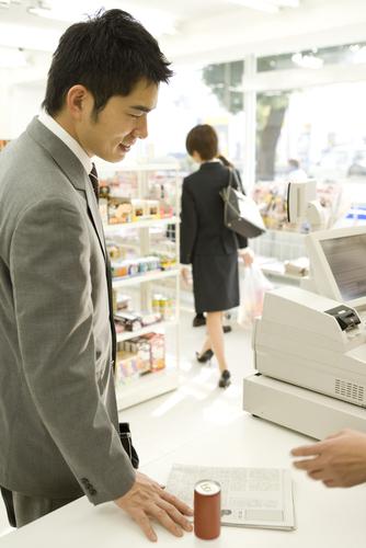 Q.コンビニなどの小額の買い物でもクレジットカードは使えますか?